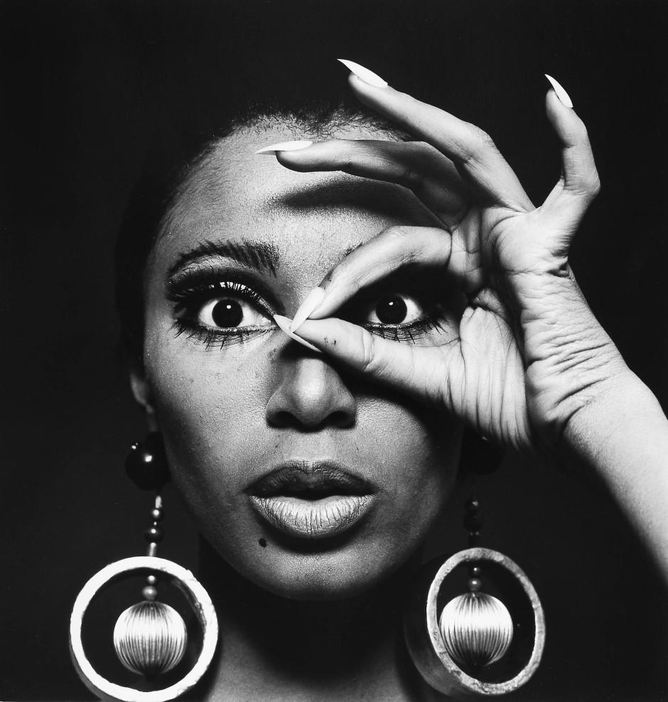 Hergeschaut: Donyale Luna mit Goldohrringen von Charlotte March, 1966