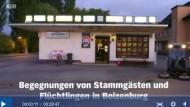 Hier spielt die Geschichte des NDR-Films, aus dem eine Sequenz von dreißig Sekunden gerupft und online gestellt wurde, um drei Jugendlichen zu unterstellen, sie glaubten an ein böses Gerücht über Flüchtlinge: der Kiosk am Bahnhof in Boizenburg, Mecklenburg-Vorpommern.