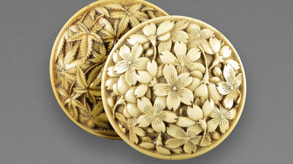 Das zweiteilige Manjû mit Frühling- und Herbstdekor aus Elfenbein stammt aus der Edo-Zeit (1602-1868).