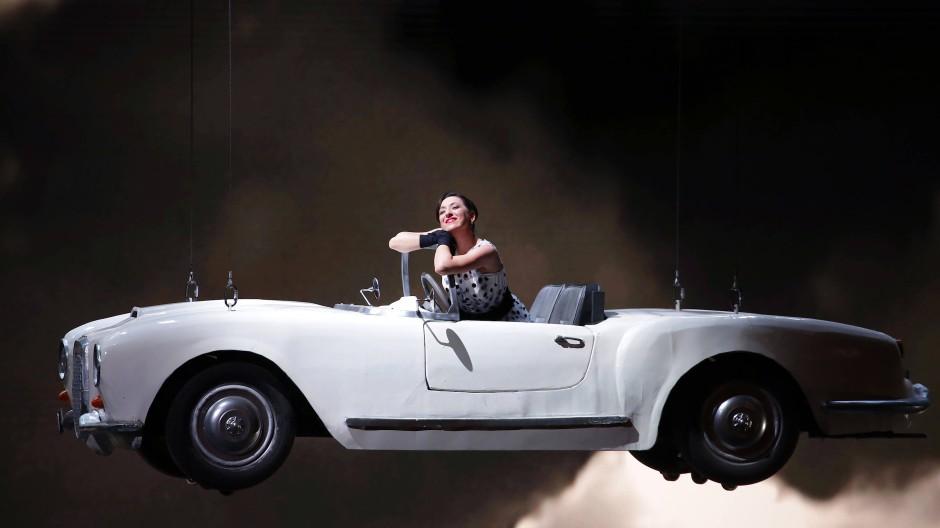 """Luxus made in Italy während der Gala der Mailänder Scala: Rosa Feola als Norina in """"Don Pasquale"""" von Gaetano Donizetti in einem Lancia America Spider."""