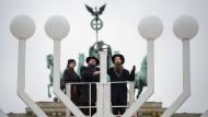 Zwei Rabbiner segnen im Dezember vergangenen Jahres den Chanukka-Leuchter vor dem Brandenburger Tor.
