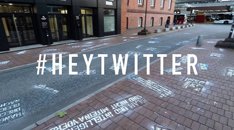 Ein Screenshot aus dem Videoclip zu #Heytwitter, in dem sich Shapira zur Kunstaktion in Hamburg bekennt.