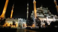 """Das beliebte """"Raki-Festival"""" wurde in dieser Stadt abgesagt: Adanas Zentralmoschee bei Nacht."""
