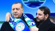 Familiäre Geste: Berat Albayrak legt seinem Schwiegervater Recep Tayyip Erdogan Anfang April 2017 bei einer Veranstaltung für das Verfassungsreferendum in der Stadt Rize einen Schal um die Schultern.