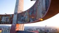 Kurzer Zwischenhalt in der Mongolei: Den Autor zog es über Weißrussland und Sibirien bis in den Fernen Osten. Hier abgebildet: Die Dsaisan-Gedenkstätte im mongolischen Ulan Bator, errichtet zu Ehren der im Zweiten Weltkrieg gefallenen sowjetischen Soldaten. Sie illustriert die Freundschaft der Mongolei zur Sowjetunion.