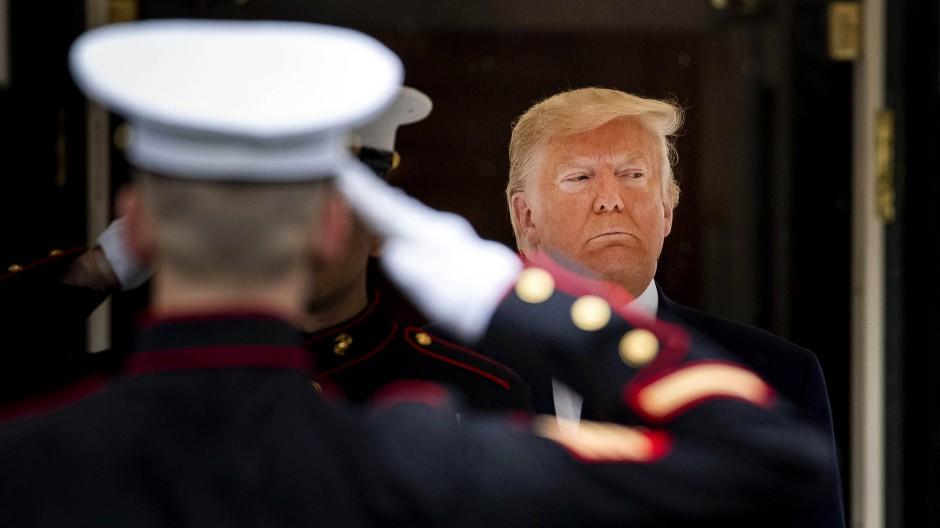 Donald Trump wartet auf den italienischen Präsidenten Sergio Mattarella im Oktober 2019 in Washington