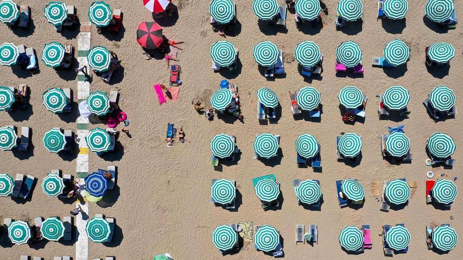 Urlauber am Strand der Adria