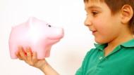 Beziehung von geringer Halbwertszeit: Ein Junge und sein Sparschwein