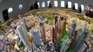 Planet Frankfurt, künstlerisch verfremdet: Am neuen Stadtmodell kann man sich kaum sattsehen.