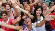 Türkische Frauen beim Lach-Yoga: Während das Lachen hier politisch motiviert ist, dient es der IT-Branche eher als Mittel der Werbung.