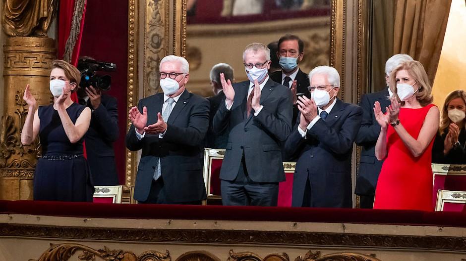 Bundespräsident Frank-Walter Steinmeier (2.v.l.)und seine Frau Elke Büdenbender (l.) besuchen zusammen mit dem italienischen Präsidenten Sergio Mattarella (2.v.r.) und seiner Tochter Laura Mattarella (r.) eine Aufführung in der Mailänder Scala.