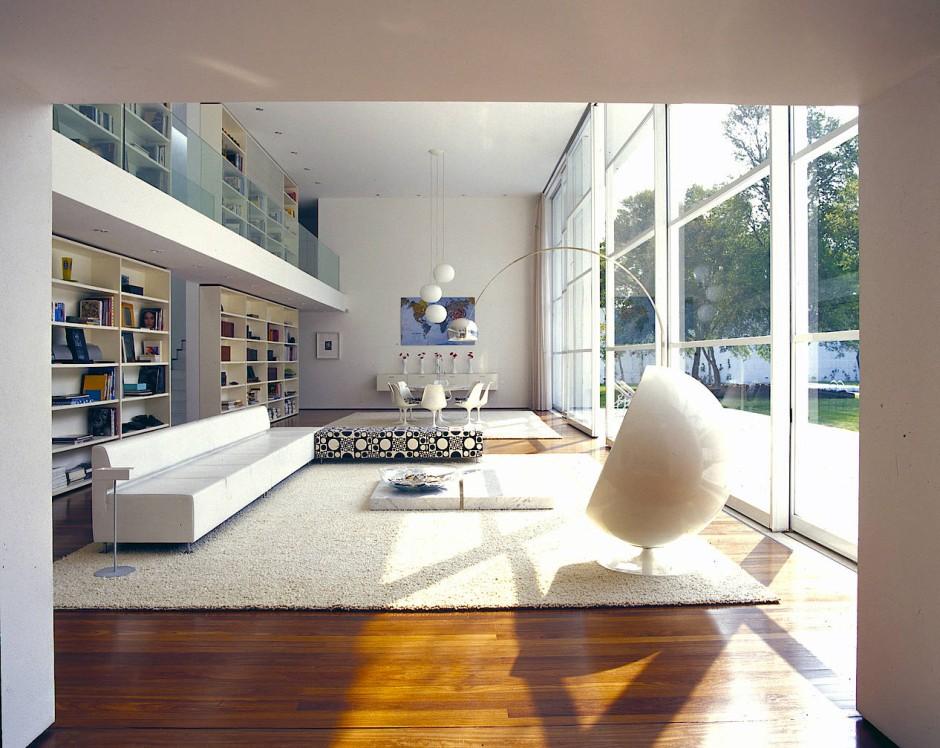 Arbeiten ist hier nicht vorgesehen: Wohnzimmer mit Saarinen-Eßtisch und anderweitig kostspieligen Accessoires.