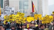 """Die realen Konsequenzen von Falschmeldungen: Der """"Fall Lisa"""" führte zu Demonstrationen vor dem Kanzleramt. Dabei war die angeblich vergewaltigte Lisa nur abgehauen."""