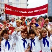 Wer nicht mitjubelte, war verdächtig: Kinder bei einer Pionier-Demonstration im August 1986 in Ost-Berlin zum 25. Jahrestag des Mauerbaus.