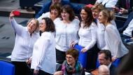 Die SPD-Politikerinnen Andrea Nahles und Katja Mast vor der Feierstunde des Bundestages zur Einführung des Frauenwahlrechts.