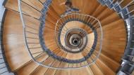 Es geht abwärts, zumindest wirtschaftlich: Wendeltreppe im Karlsruher Schloss Gottesaue