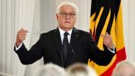 Hier steht er und kann wohl leider wirklich nicht anders: Frank-Walter Steinmeier eröffnet über ergraute Köpfe hinweg eine neue Veranstaltungsreihe zur Zukunft der Demokratie.