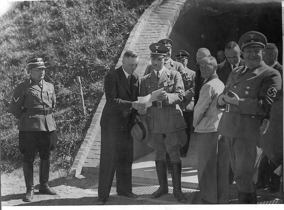 Die Eröffnung des Germanengrabs in Itzehoe in den dreißiger Jahren war ein Großereignis, das viel NS-Prominenz nach Itzehoe brachte. Der damaligen archäologische Nachwuchs sah diese Entwicklung allerdings mit großer Skepsis und hatte fachliche Bedenken.