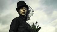 Oona Castilla Chaplin spielt Zilpha, die Halbschwester des Verschollenen.