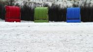 Als frören auch sie: Strandkörbe im Mai auf der Düne von Helgoland