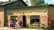 In der Uckermark deckt im Dorfladen auch die neue Literatur ihren Bedarf.