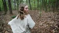 """Gehetztes Kind: Mathilde Bundschuh in einer Szene der BR-Produktion """"Operation Zucker – Jagdgesellschaft"""", die vor der Diskussion bei Miaschberger gezeigt worden war"""
