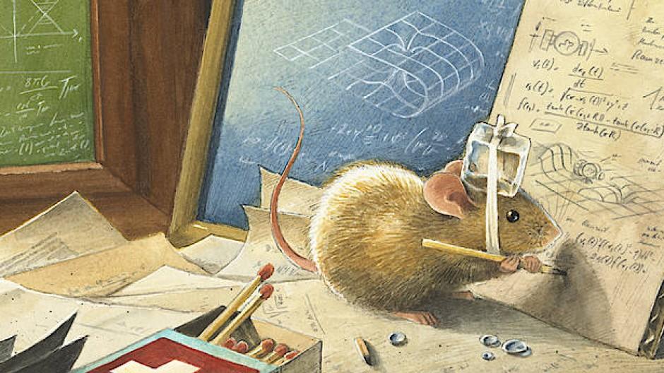 """Mausschlau: Noch ahnt der kleine Nageweis nicht, dass er gerade an der Relatitvitätstheorie arbeitet, ihm geht es zunächst """"nur"""" um den Bau einer Zeitmaschine."""