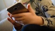 Kinder verbringen zu viel Zeit mit Smartphones, die aufs Zeitstehlen programmiert sind.
