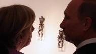 Einst war Eintracht, stille Größe: Wladimir Putin und Angela Merkel im Juni 2013 in einer Bronzezeit-Ausstellung in St. Petersburg.