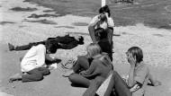Auf sich selbst gestellt: Aussteiger beim Warten auf eine Mitfahrgelegenheit am Highway nach San Francisco. 1968 allerdings hatte man noch mehr Aufstiegschancen als heute.