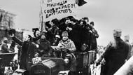 Eine Militäreinheit fährt während der Februarrevolution durch die Straßen von Kiew.