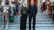 Umgeben von Männern in historischer Kriegskostümen: Recep Tayyip Erdogan und seine Frau Mitte Mai auf den Stifen des Dolmabahce-Palasts
