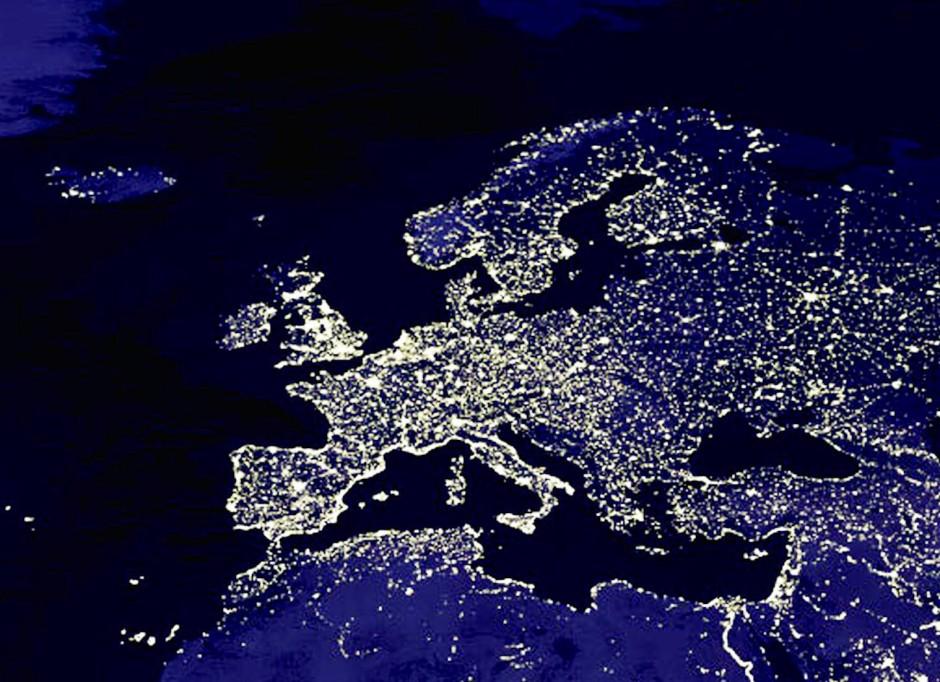 Bald nahezu auch in Echtzeit: Die Lichter von Städten lassen in einer Satellitenaufnahme vom Weltall aus die Umrisse Europas bei Nacht erkennen