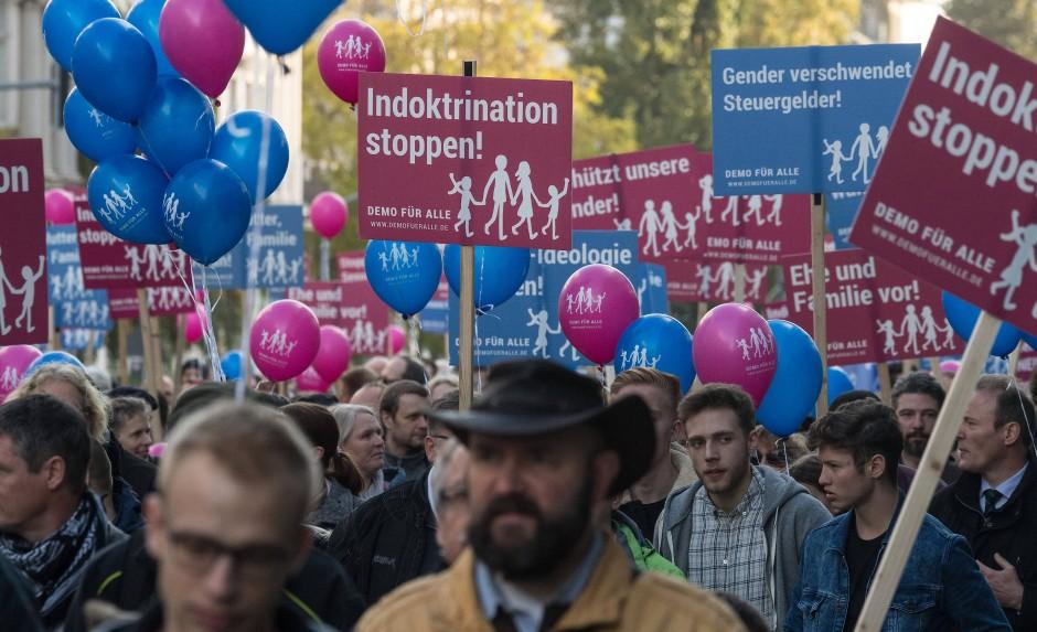Wiesbaden, 2016: Eine Demonstration von konservativen Christen und anderen Gruppierungen gegen den neuen Lehrplan zur Sexualkunde an hessischen Schulen