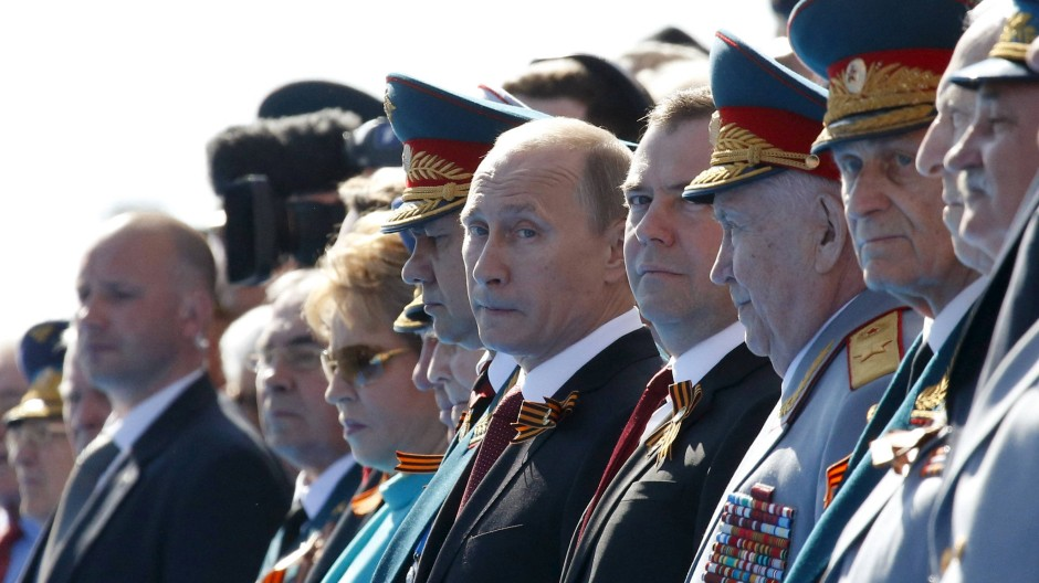 Wladimir Putin nimmt die Parade ab