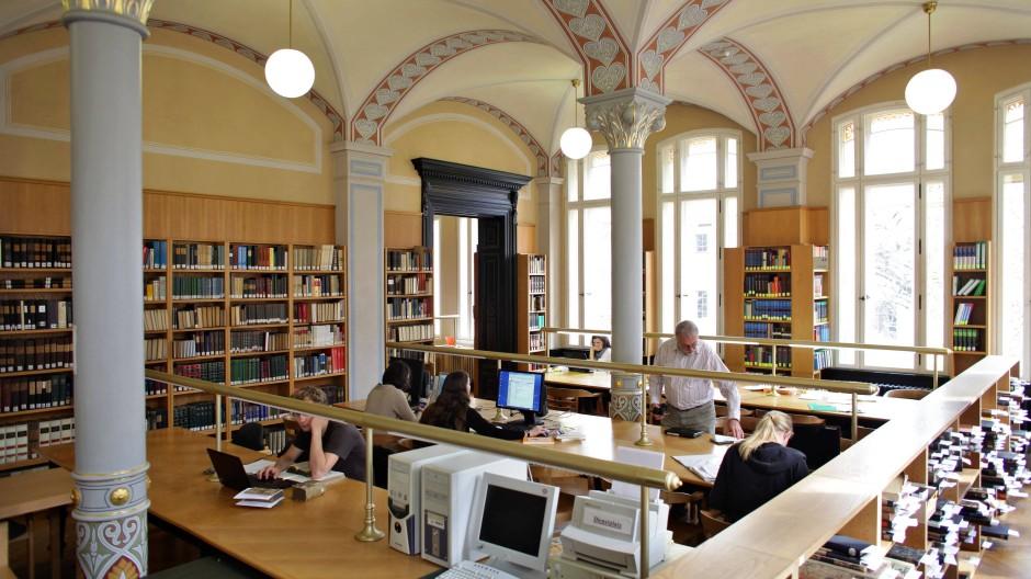 Blick in den Lesesaal der Universitätsbibliothek von Sachsen-Anhalt in Halle