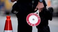 Eine Grenze: Ein Polizist an der Autobahn 93, der Fahrzeuge, die aus Österreich nach Deutschland kommen, kontrolliert