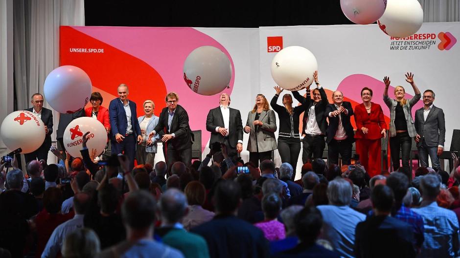 Bei der Online-Wahl zum SPD-Vorsitz können nicht nur Träume wie Seifenblasen platzen: Die Kandidaten nach ihrer abschließenden Podiumsdiskussion am 12. Oktober im Münchner Löwenbräukeller.