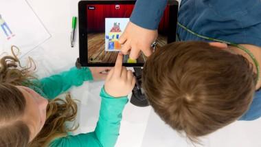 Zwei Kinder, ein Tablet, keine Erziehungsberechtigten zu sehen: In Taiwan kann das auf Dauer teuer werden
