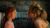 """Alba Rohrwacher (r.) haben die Autorinnen das Drehbuch auf den Leib geschrieben, Sara Casu als Darstellerin der neunjährigen Vittoria schließlich fand Laura Bispuri in einer sardischen Familie: Szene aus """"Meine Tochter – Figlia Mia""""."""