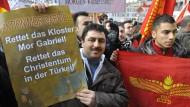 """Bei dem Protestzug in Berlin will es die """"Initiative Mor Gabriel"""" nicht bewenden lassen"""