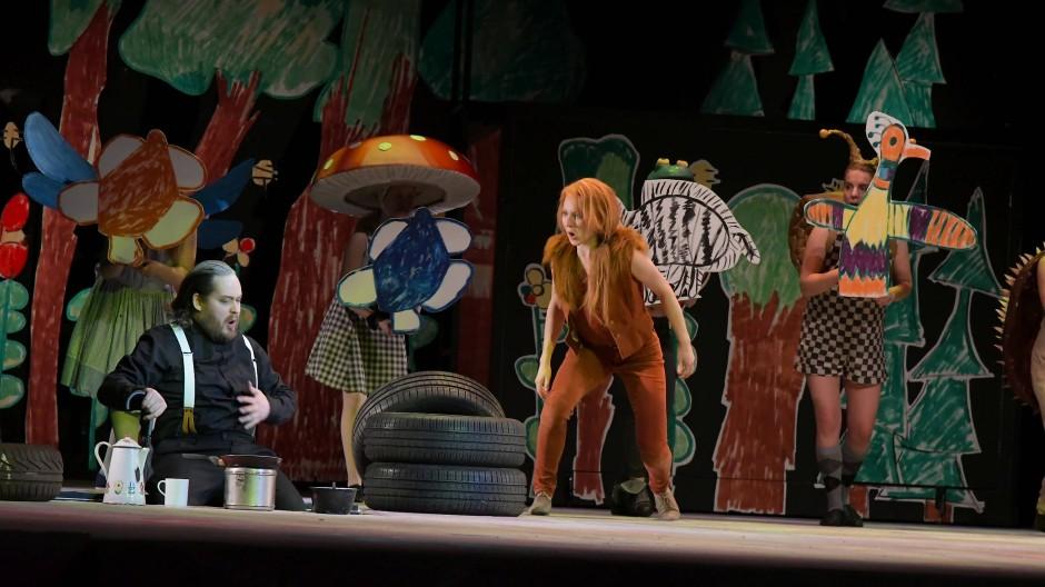 Einfach und stark: Jussi Juola (links) und Alyona Rostovskaya (Mitte) in der Rostocker Inszenierung