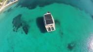Sonnendeck mal anders: eine Solaryacht im Meer