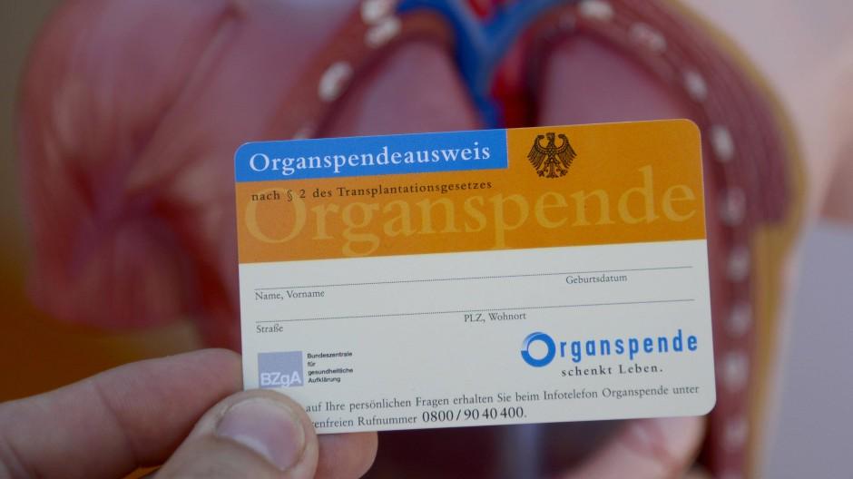 Der Organspendeausweis gibt Aufschluss darüber, ob der Inhaber einer Spende zustimmt. Wer eine Spende ablehnt, kann das durch den Ausweis ausdrücken.