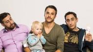 Die Junggesellen Sami (Kida Khodr Ramadan, l.), Celal (Kostja Ullmann) und Mesut (Ekrem Bora) kümmern sich gemeinsam um Baby Clara (Nala).