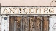 Geschlossenes Antiquariat im französischen Lapalisse