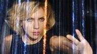 Das ist keine Harfe, das sind Handy-Signale: Lucy (Scarlett Johansson) macht Sphärenmusik.