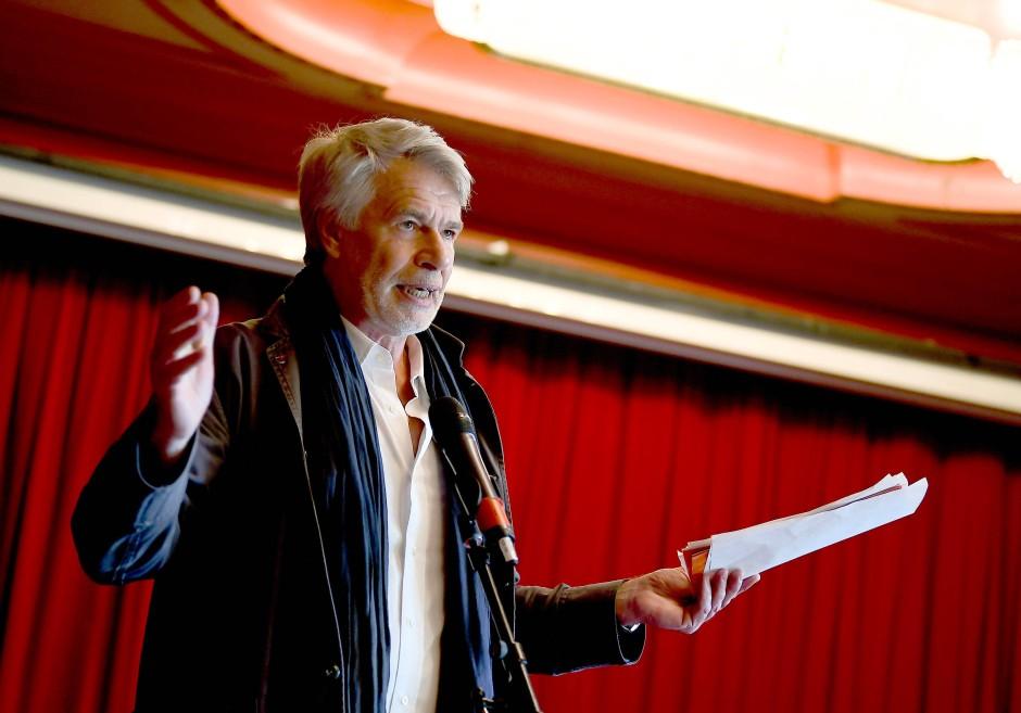 Jetzt erst recht: Chris Dercon auf der Pressekonferenz zur ersten Inszenierung im Großen Haus unter seiner Intendanz.