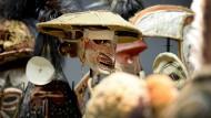 Masken, Ahnenpfähle und Tierfiguren aus Ozeanien im Depot bei den Vorbereitungen für den Umzug des Ethnologischen Museums Berlin