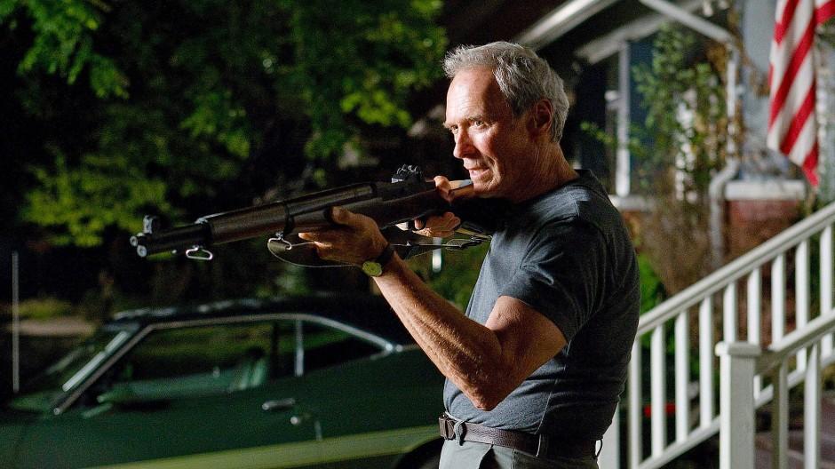 Clint Eastwood spielt fast immer den Mann, der seine ganze Habe in einen Koffer oder zwei Satteltaschen packen kann. Aber er trägt das psychische Gepäck des amerikanischen Jedermanns mit sich herum, hier in Gran Torino.
